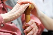 La mala salud agrava la soledad en los adultos mayores