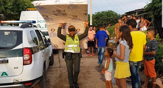 Policía y comunidad ayudan a damnificados en Valledupar