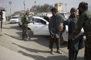 Funcionarios: ataque aéreo mata a 17 policías en Afganistán