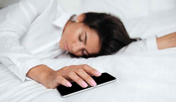 Por qué no debes dormir cerca de tu celular