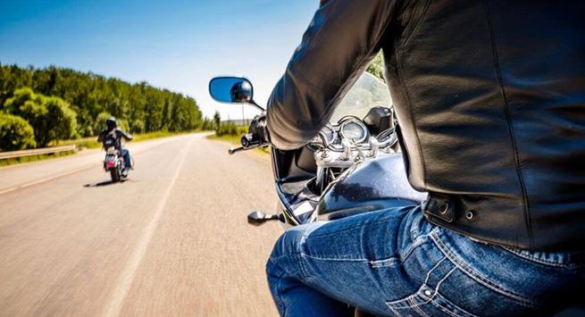 """Un conductor de motocicleta imprudente arriesga su vida por """"ahorrarse"""" el 30 % del tiempo de recorrido"""