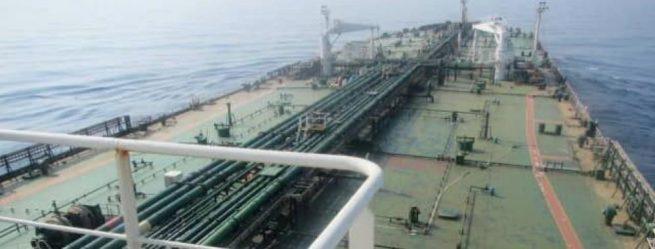 Dos misiles impactan a buque petrolero iraní frente a costas saudíes: medios