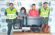 Capturada pareja con un televisor, un parlante de sonido y un celular en el barrio Los Milagros