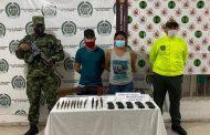 Capturada pareja con cartuchos para fusil, proveedores y un arma de fuego