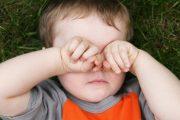 Por qué ocurren los derrames oculares en los niños
