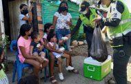 Hasta la invasión Los Milagros llegó la Policía con alimentos, obsequios y kits escolares