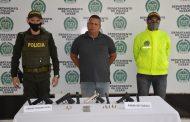 En allanamiento fue capturado un hombre con un arma de fuego y tres armas traumáticas