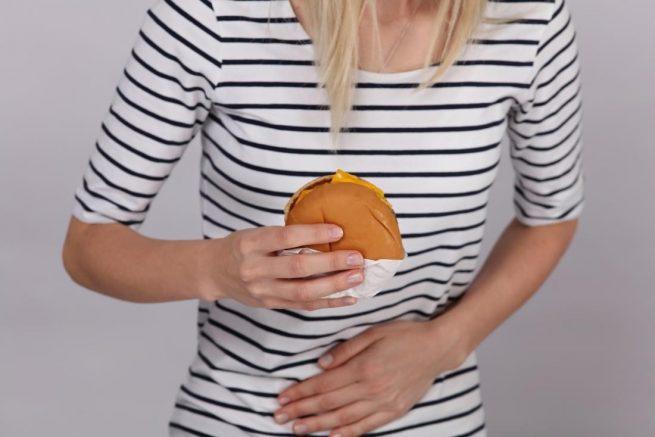 ¿Por qué me duele el estómago después de comer?