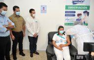 Gobernador Monsalvo le hace reconocimiento al personal de la salud al inicio de la vacunación
