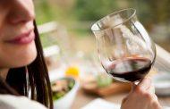 Las mujeres ya beben tanto alcohol como los hombres pero les sienta peor